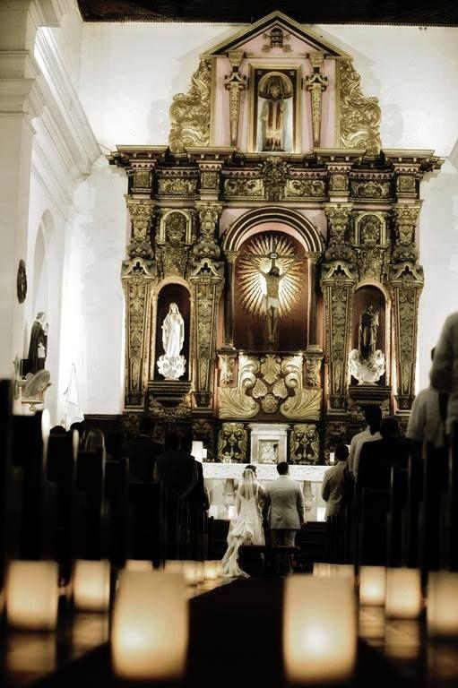 Cuando estés en Cartagena visita… La Iglesia Santo Toribio, pequeña proporciones, es acogedora y bella en su interior, hermoso trabajo artesanal del altar tallado en laca negra y recubierta en lámina de oro.
