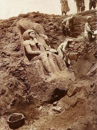 Descubrimiento de la estatua de Ramsés II i Sekhmet en el templo de Mut. 1930