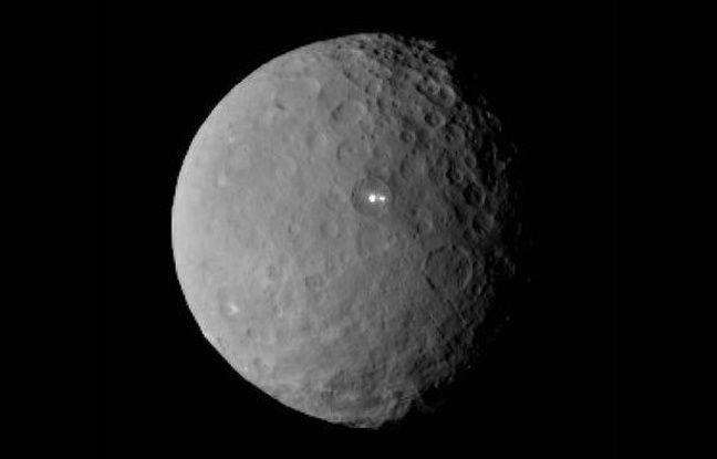 """Univers - Science : La NASA vient de publier des imagesmontrant deux points """"lumineux"""" sur la planète naine Cérès! Ces deux points pourraient être d'origine volcanique mais, bien entendu, il est t..."""