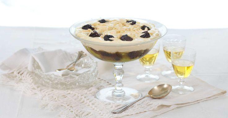 Tradisjonell kompott med svisker og rabarbra, dekket med en herlig vaniljekrem.
