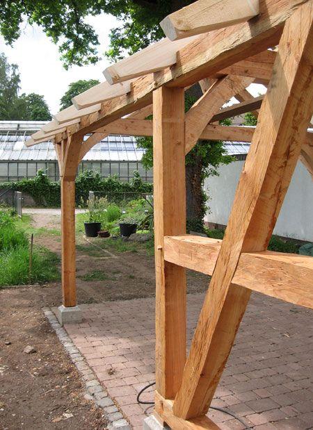 Fachwerk -Pavillon mit von Hand behauenen Oberflaechen, Lehr- und Lerngarten des Tropengewächshauses der Universität Kassel, Witzenhausen
