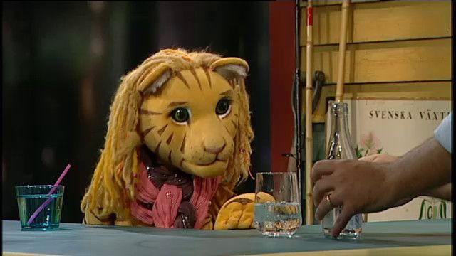 Tiggy undersöker om ett russin flyter eller sjunker i ett glas med läsk. Hon upptäcker att kolsyra bildas i läsken när man tillsätter koldioxid.