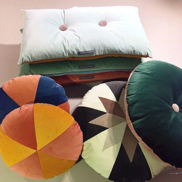 Nyhet på R.O.O.M. De otroligt vackra kuddarna från Christina Lundsteen. Fnns i flera olika färgkombinationer, från 1.045kr #roombutiken #nyhetpåroom #christinalundsteen