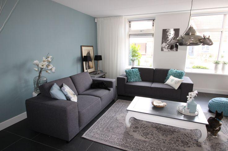 Painting the past: eucalyptus en historical white. Blauwe kleur geeft rust en doet fris aan. Zithoek is nu verplaatst. Bij binnenkomst kijk je niet meer tegen de tv aan. Nu oogt kamer ruimer.