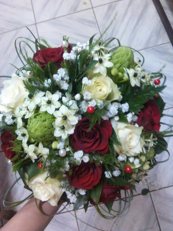 Ornithogalum, red roses and white roses