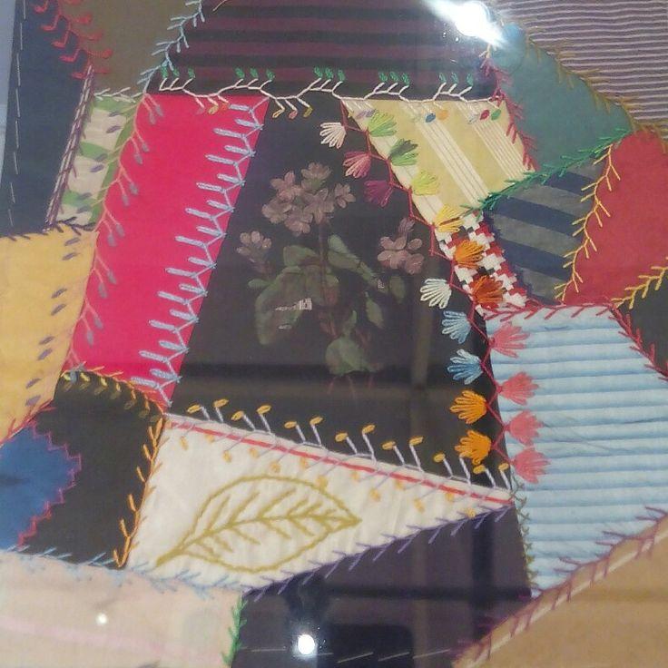 Chiamato Crazy Stile Vittoriano, per i piccoli pezzi di stoffe setose, miste e pizzi. La particolarità sono i ricami che uniscono i pezzi utilizzando punti fantasia personalizzati. Quilts antichi dal 1800. Americani ed Europei Verona Tessile Rassegna di Patchwork Quilting e Arte Tessile . 💠🔲💠🔘🔲🔶🔷🔳🔷🔘🔲💠🔶🔻🔸🔳🔲🔶💠🔺🔸🔹🔳🔸 #arte #art #arts #artlovers #textiledesign #textiles #tessile #quilts #quilting #design #colors #patchwork #mostra #exhibition #tessuti #clothes #cloth…