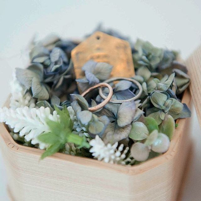 *** 5分で作ったリングピローもプロが撮るとこうなる 指輪のオーダーを機に自分のサイズが2.5号だと知る。 今まで自分に合うものがなかったのも、よくやく納得。 #リングピロー#結婚指輪#wedding