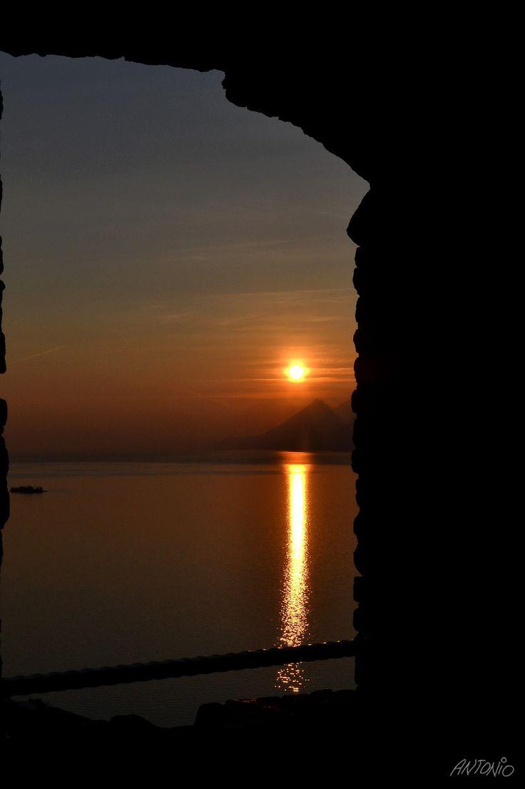 Tramonto sul Garda dal castello scaligero di Malcesine