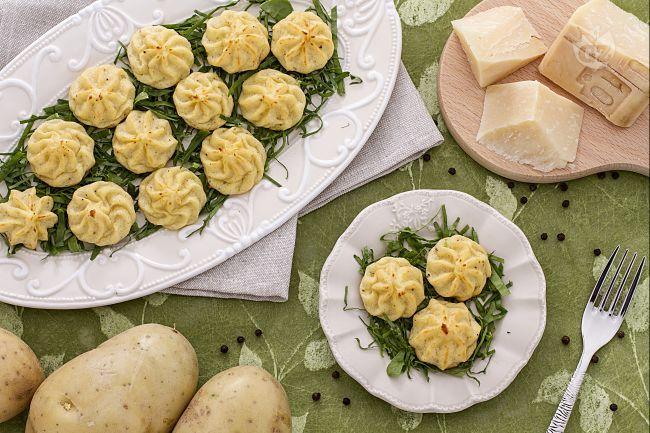 Le patate duchessa sono uno sfizioso contorno di origine francese, facili da realizzare e molto decorative.