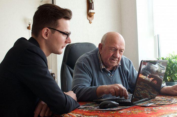 20-vuotias Jurrien opettaa 85-vuotiasta Anton Groot Koerkampia käyttämään tietokonetta Deventerissä Hollannissa. Opiskelijat saavat asua palvelutalossa 30 viikkotunnin työpanosta vastaan.