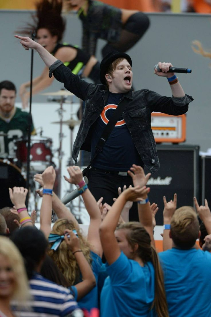 Can we talk about how he's wearing a Bears shirt and Andy the lonely Wisconsin born is wearing packers?