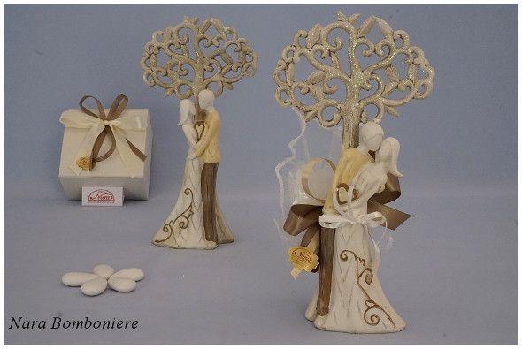 Bomboniere matrimonio sposini abbracciati sotto l'albero della vita