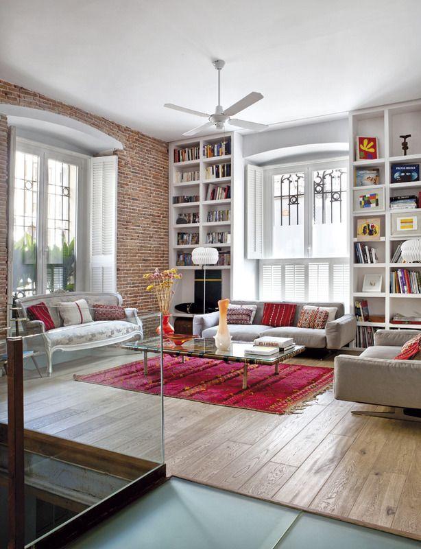 En el estar, sofás de Antonio Citterio para Flexform, y un modelo de principios de siglo en seda adamascada de la época. La alfombra es de The 2nd Downtown. El ladrillo, la altura del techo, las grandes ventanas, los suelo