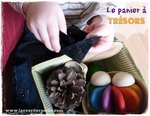 L'activité Montessori de base pour les bébés : le panier à trésors. Simple à mettre en place pour des heures de découverte.  http://www.lacourdespetits.com/activite-montessori-panier-a-tresors-les-bebes/ #Montessori #panieratresors #bebe