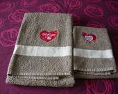Ensemble serviettes éponge de bains marron brodées de coeurs I love you : Textiles et tapis par ccb-by-nc