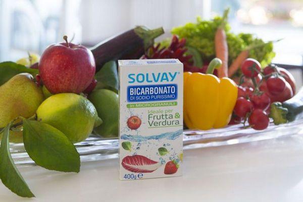 Nei supermercati è disponibile la nuova formula di Bicarbonato Frutta & Verdura Solvay®: 100% di purissimo bicarbonato a uso alimentare che non danneggia la buccia di frutta e verdura e pulisce senza graffiare.