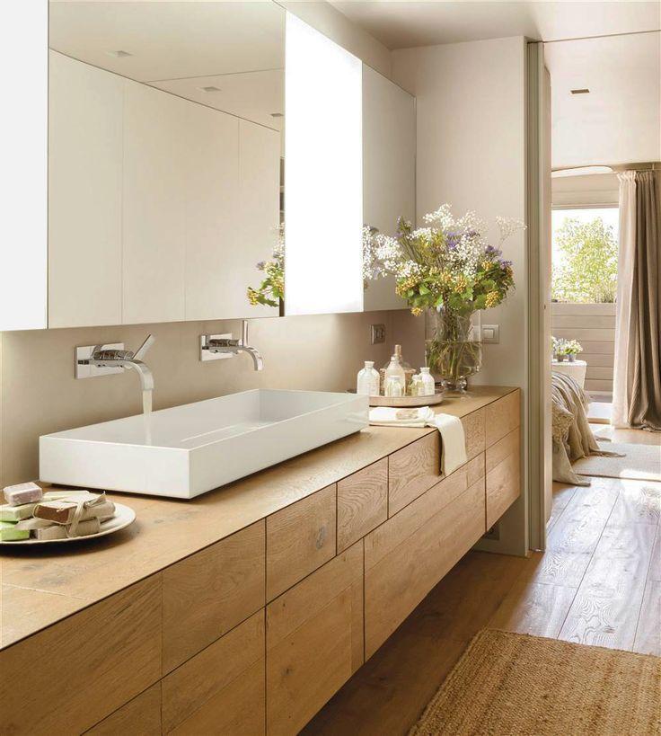 Baño con mueble de bajolavabo amplio y en madera suspendido, con espejos, doble caño, bandejas y jarrones