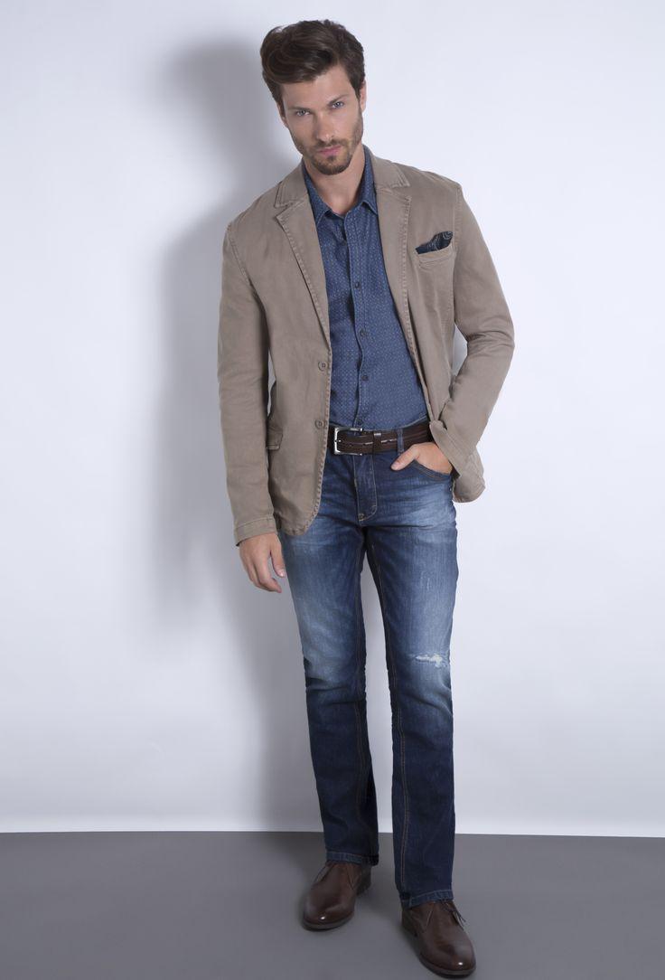 Blazer cáqui de moletom, camisa jeans com micropadrão e calça jeans com leve destroyed. Acessórios em tom café, como o cinto e a bota de couro, formam ótima combinação com tons de azul.