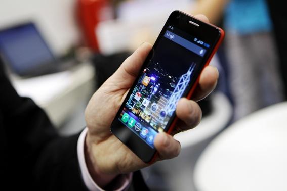 Comme à son habitude, ALCATEL ONE TOUCH aime surprendre son public, et le Smartphone Android ONE TOUCH STAR étonne par son look trendy ! Déjà disponible à prix ONE TOUCH. 199€ et 219€ pour sa version double Sim.