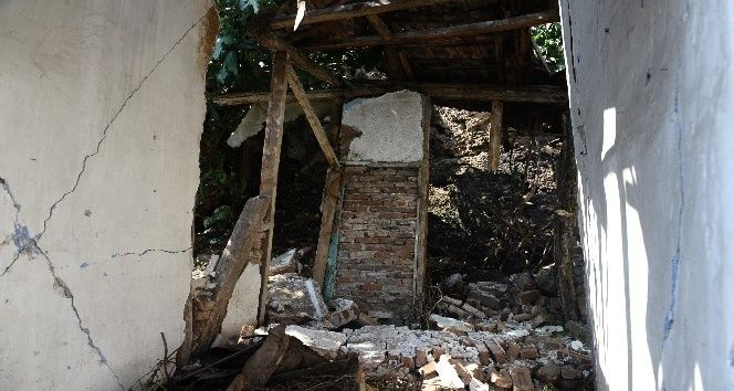 Bursa'daki tarihi Tophane surlarından kayan toprak parçaları mahalleliyi sokağa döktü. Bursa'nın tarihi Tophane surlarının altında bulunan Kuruçeşme Mahallesi sakinleri güne büyük bir gürültü ile uyandı. Tophane'de yapılan kazı çalışmaları sebebiyle patlayan su borusu uzun süre akınca toprağın yumuşamasına sebep oldu.   #bursa #kayma #sur #tophane #toprak