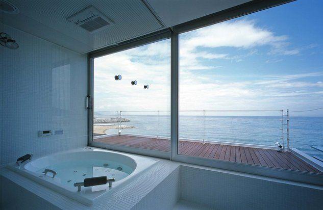 瀬戸内の別荘(建築家:林 泰介)- 建築作品写真:海からの外観です。 四角く迫り出た囲まれたバルコニーが特徴です。 両サイドの壁がプライバシー保護に効果的で、囲まれている安心感があります。 また、リビングからの景色もピクチャービュー(囲まれた景色)となっています。