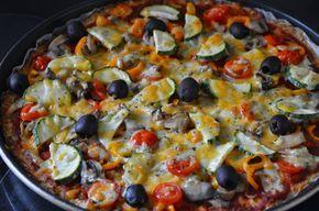Pizza pe blat de conopidaPentru crusta700 gr conopida1 lingura de faina150 grame cascaval rasPentru topping:sos de pizzarosiiardeidovlecelmasline50 de grame de branza rasaConopida se da pe razatoar…