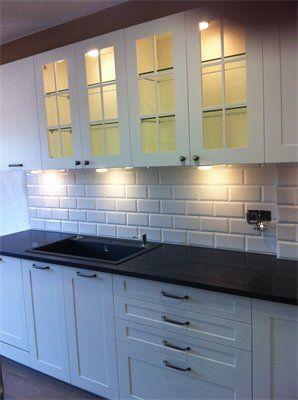 Cocina fabricada con puertas de pvc con marco de 10 cm - Luces de ambiente ...