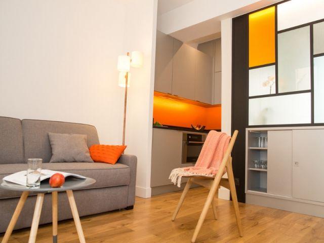 Un salon orangé et une verrière style Mondrian
