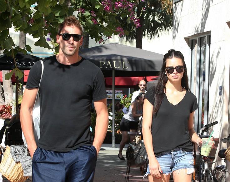 Adriana Lima y su marido disfrutan de un paseo veraniego