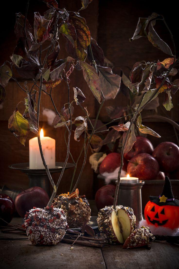 Mele al caramello raw di datteri senza zucchero e cioccolato con noci, mandorle, goji e cocco.Ricetta vegan per un Halloween sano e mostruo..goloso!