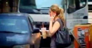 Um em cada três pedestres se distrai com o celular ao atravessar a rua - Um em cada três pedestres se distrai na hora de atravessar a rua, inclusive cruzamentos movimentados e perigosos, porque está entretido com seus celulares. Foi o que indicou um estudo da Universidade de Washington, nos Estados Unidos. Para os autores, falar ao telefone e trocar mensagens, entre outras atividades, faz com que um indivíduo se arrisque ao ignorar os semáforos, atravessar em lugar errado ou não olhar p