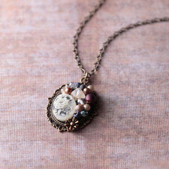 宝石箱のようなビーズたちがたくさん縫い付けられたネックレス。ヴィンテージのビーズや天然石などいろんなビーズを使用しています。ポイントになっているカボションには...|ハンドメイド、手作り、手仕事品の通販・販売・購入ならCreema。