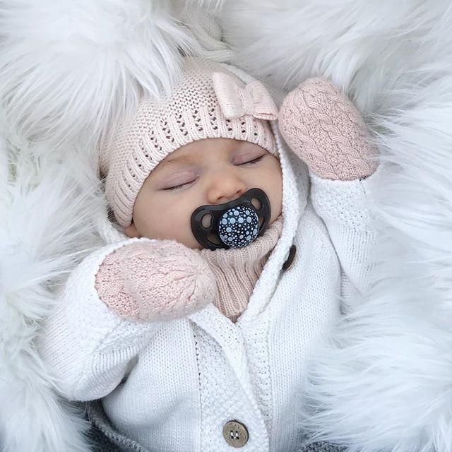 Vinterbebis ❄️ . . . BLACK WEEK hos @twistshakebaby – upp till 40% rabatt!  Idag startar Twistshake's Black Week kampanj där ni får upp till 40% rabatt på alla neonfärger och 30% rabatt på alla pastellfärger.  Använd min personliga kod i varukorgen: carolinedemir30 #twistshake #sleepingbaby #babygirl #cutie #baby #justbaby #familygoals #winter #sweden #kidsootd #kidsclothes #momlife #daugther #life #instagood #inspo #inspirationforflickor #bebis #newbiebykappahl #newbielovers #vinter
