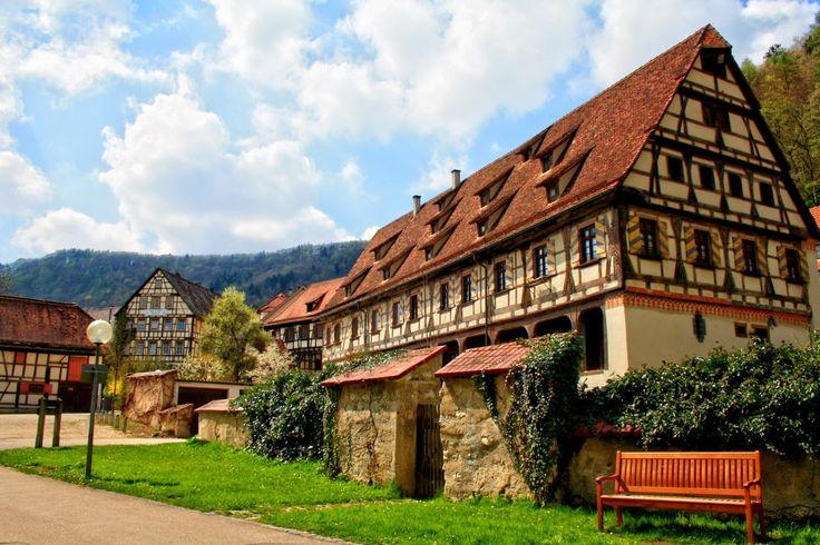 Вариант деревянного загородного дома пестрого цвета в фахверка стиле