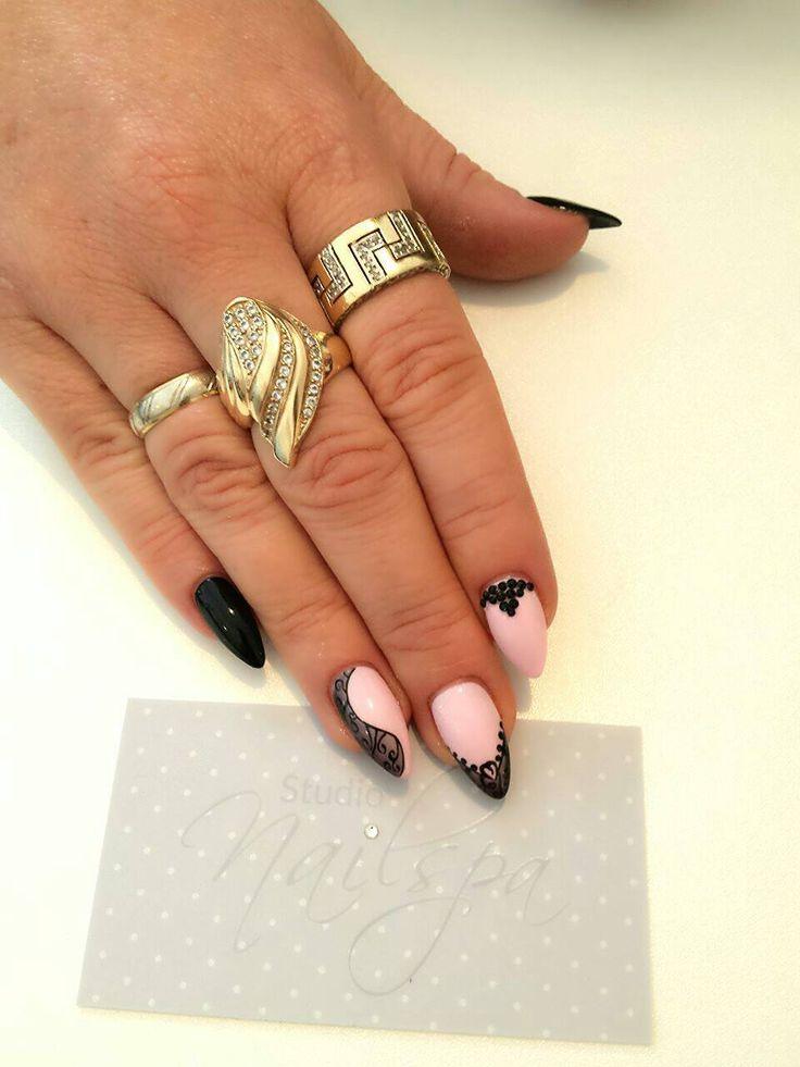 Delikatny róż w towarzystwie głębokiej czerni i delikatnego nailartu <3  #Nails by Studio Nailspa, #Wrocław #SPNteam, #spn #snpnails #paznokcie #nailsart #nailsartdesign #lovenails #nailslove #rosenails #blacknails #czarne #różowe #paznokcie #koronkowe #koronka