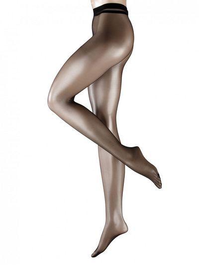 De Shelina 12 Hipster heuppanty van Falke is dé heuppanty om het voorjaar uitermate goed mee te beginnen! De 12 denier dunne stretchstof van de Falke Shelina 12 heeft een lichte satijnglans en zorgt er voor, dat je nauwelijk voelt dat je een panty draagt, maar wel een paar mooi gebruinde benen hebt. De brede tailleband van deze heuppanty heeft een juiste stretch, waardoor ze perfect op haar plek blijft.
