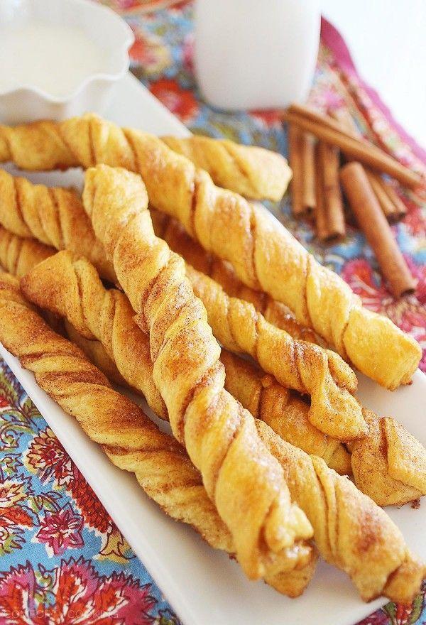 4-Ingredient Twists Cinnamon Roll - ces, torsions beurre de croissant doux sont si délicieux pour le petit déjeuner ou le brunch, avec une sauce glaçure de trempage de pain à la cannelle!  |  thecomfortofcooking.com