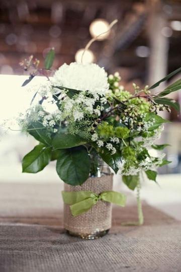 arranjo de flores com saco de aniagem