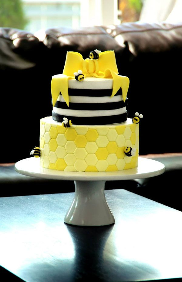 Tiered Bumble Bee Cake, Craftsy.com mi piace la decorazione a esagoni del piano base