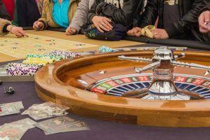 Vous faites vos premiers pas dans le secteur des divertissements de hasard en ligne? Vous avez peur de jouer tout de suite en argent réel et vous voulez vous familiariser avec les techniques et les astuces utiles? Ou vous êtes déjà un joueur expérimenté mais vous avez envie de bien passer le temps sans risquer votre argent? Alors, dans ce cas nous avons pour vous, débutant ou professionnel,  une proposition formidable – les jeux casino en ligne gratuit. Intéressant, n'est-ce pas?