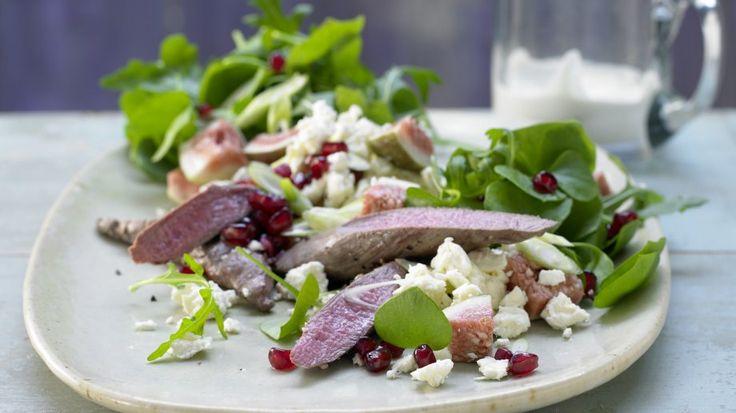 Saftiges Fleisch mit herzhaftem Feta und würzig scharfer Note: Lammfilet auf Portulak-Rucola-Salat mit Schafskäse und Granatapfelkernen | http://eatsmarter.de/rezepte/lammfilet-portulak-rucola-salat