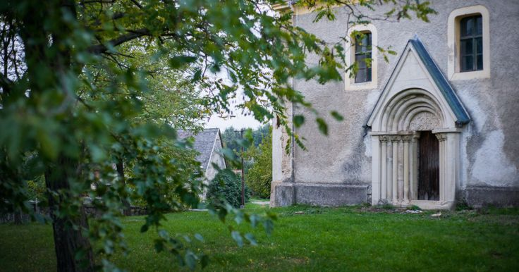 Egy bájos település bájos, idő koptatta temploma a monoszlói református templom. A XII-XIII. században épült román stílusban, aminek nyomait ma a gyönyörű kapuzatban...