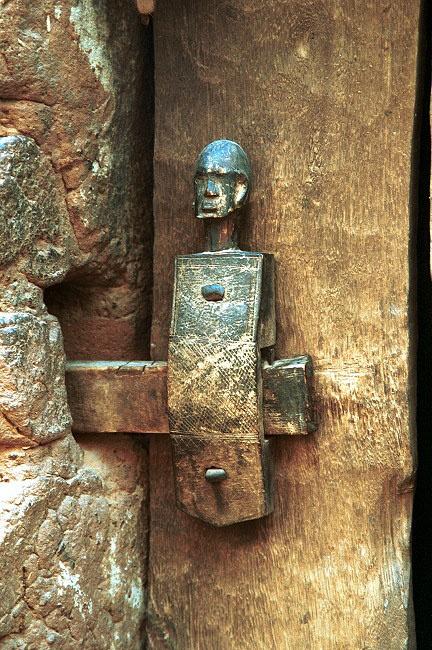 Detalle de la cerradura de puerta de Dogon. Malí                              …