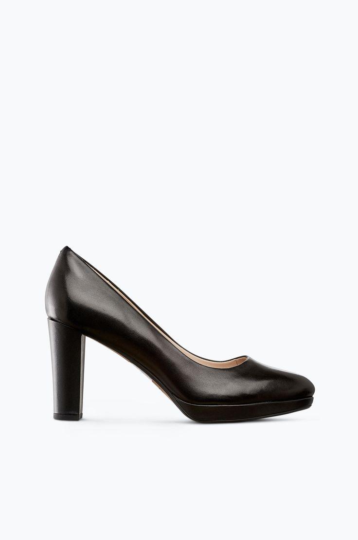 Kendra Sienna er en pumps fra Clarks med runde, fine former og høy hæl. Avrundet tåform og trukket hæl og platå. Mykt vattert såle hever komforten. Overdel: skinn Fôr: skinn Innersåle: mykstoppet skinn Hæl: trukket hæl med syntetbunn Yttersåle: tynn gummi Hælhøyde: ca. 9 cm Platå: ca. 1,5 cm Skostørrelse = UK size 36 = 3,5 37 = 4,0 37,5 = 4,5 38 = 5,0 39 = 5,5 39,5 = 6,0 40 = 6,5 41 = 7,0