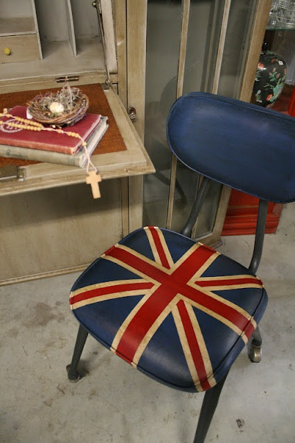 Reloved Rubbish: Chalk Painted Union Jack Chair on Wheels - Blogger says the chalk paint adhered beautifully to the vinyl!  Nice!