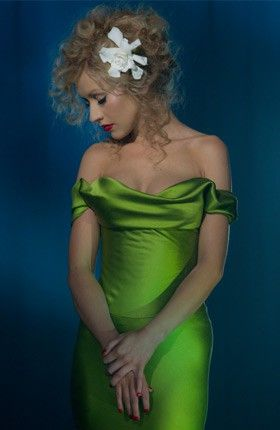 I would love that dress to be owned by me. Fyi thats christina aguilera!