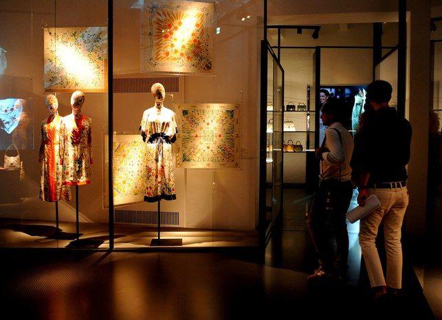 Il Museo #Gucci di Firenze, tra i pezzi storici della casa di moda e le sue piccole mostre d'arte, adesso approda sul web, ed è visitabile direttamente da casa