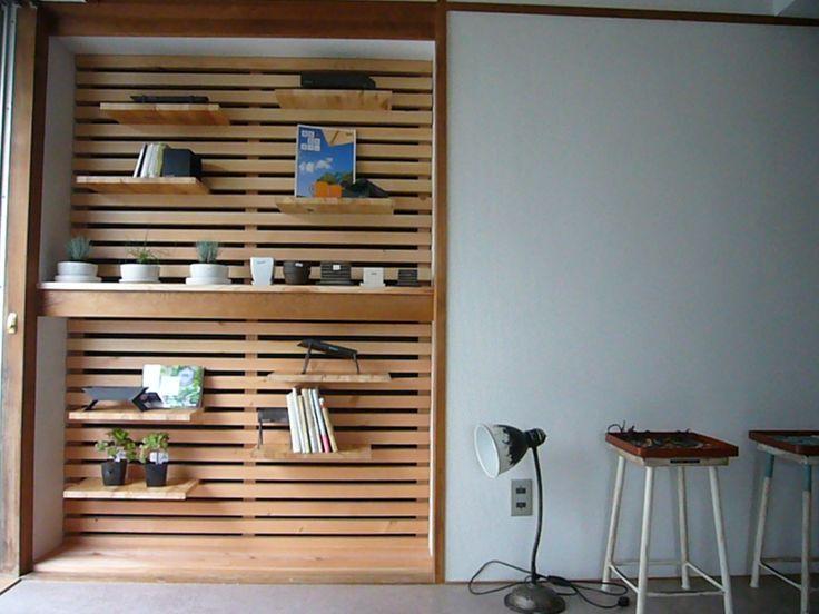 すのこや木材でつくるディスプレイ収納で、押入れがスタイリッシュな空間に。