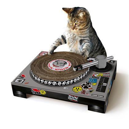 Je kat kan nog beter scratchen dan RUN-DMC met deze DJ krabtafel in huis. Suck UK zorgt ervoor dat jouw kat geen luie kat wordt zonder hobby. Ontdek wat voor skills jouw kat in huis heeft en geniet van de show.