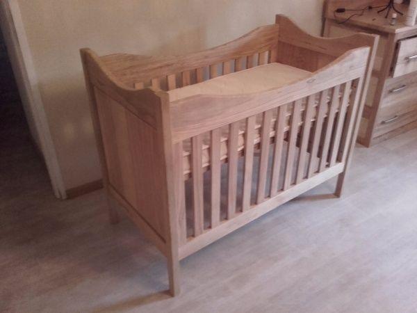 Lit de bébé par becbois - Dernier accessoire de la chambre de bébé, (il était temps, elle ne va bientôt plus tenir dans le berceau).  Réalisé à partit de panneaux de frênes destinés au broyeur et chêne pour les pieds. On voit...